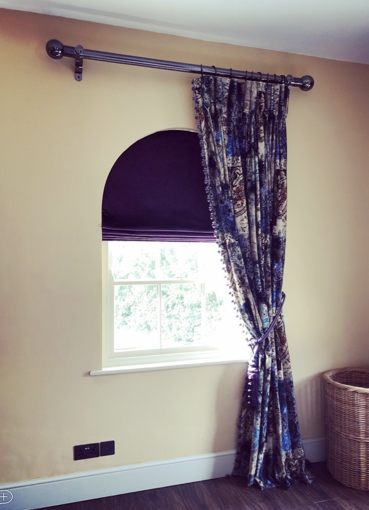 shaped roman blind in arched window